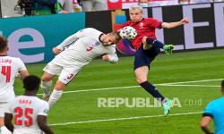 Luke Shaw dari Inggris dan Jakub Jankto dari Republik Ceska berebut bola pada pertandingan grup D kejuaraan sepak bola Euro 2020 antara Republik Ceko dan Inggris di stadion Wembley, London,  Rabu (23/6) dini hari WIB.