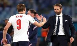 Manajer Inggris Gareth Southgate (kanan) berjabat tangan dengan Harry Kane (kiri) selama pertandingan perempat final UEFA EURO 2020 antara Ukraina dan Inggris di Roma, Italia, 03 Juli 2021.