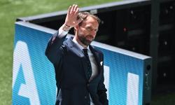 Manajer Inggris Gareth Southgate memeriksa lapangan sebelum pertandingan sepak bola babak penyisihan grup D UEFA EURO 2020 antara Inggris dan Kroasia di London, Inggris, 13 Juni 2021.