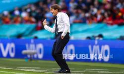 Pelatih timnas Italia Roberto Mancini memberi isyarat saat pertandingan semifinal kejuaraan sepak bola Euro 2020 antara Italia dan Spanyol di Stadion Wembley di London, Inggris, Rabu (7/7) dini hari WIB.