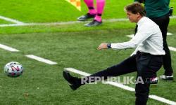 Pelatih timnas Italia Roberto Mancini menendang bola saat semifinal kejuaraan sepak bola Euro 2020 antara Italia dan Spanyol di Stadion Wembley di London, Inggris, Rabu (7/7) dini hari WIB.