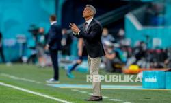 Pelatih Polandia Paulo Sousa memberikan instruksi kepada para pemain selama pertandingan Grup E Euro 2020 antara Polandia dan Slovakia diSstadion Saint Petersburg di St. Petersburg, Senin (14/6).