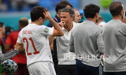 Pelatih Spanyol Luis Enrique berbicara dengan Mikel Oyarzabal sebelum dimulainya adu penalti pada pertandingan perempat final kejuaraan sepak bola Euro 2020 antara Swiss dan Spanyol, di Stadion Saint Petersburg di Saint Petersburg, Jumat (2/7).