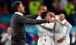 Pelatih timnas Spanyol Luis Enrique (kiri) menghibur Thiago Spanyol (tengah) dan Pedri pada pertandingan semifinal kejuaraan sepak bola Euro 2020 antara Italia dan Spanyol di Stadion Wembley di London, Inggris, Rabu (7/7) dini hari WIB.