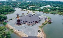 Masjid Ar-Rahman di Malaysia Dikelilingi Air