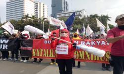 Massa Buruh Bawa Korek Kuping Jumbo untuk Jokowi