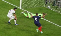 Mats Hummels (kiri) dari Jerman mencetak gol bunuh diri pada pertandingan sepak bola babak penyisihan grup F UEFA EURO 2020 antara Prancis dan Jerman di Munich, Jerman, 15 Juni 2021.