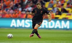 Matthijs de Ligt dari Belanda beraksi selama pertandingan sepak bola babak penyisihan grup C UEFA EURO 2020 antara Makedonia Utara dan Belanda di Amsterdam, Belanda, 21 Juni 2021.