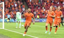 Memphis Depay (tengah) dari Belanda merayakan gol pembuka dari titik penalti pada pertandingan sepak bola babak penyisihan grup C UEFA EURO 2020 antara Belanda dan Austria di Amsterdam, Belanda, 17 Juni 2021.