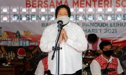 Risma Beri Penghargaan Mensos Era Presiden Soeharto