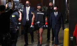 Melihat Tyson Bertinju dengan Memakai Peci Haji Warna Hitam