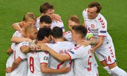 Mikkel Damsgaard (kanan) dari Denmark dan rekan satu timnya merayakan setelah mencetak gol 0-1 selama pertandingan perempat final UEFA EURO 2020 antara Republik Ceko dan Denmark di Baku, Azerbaijan, 03 Juli 2021.