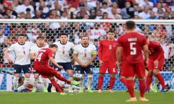 Mikkel Damsgaard (tengah) dari Denmark mencetak gol dari tendangan bebas pada semifinal UEFA EURO 2020 antara Inggris dan Denmark di London, Inggris, Kamis (7/7) waktu setempat.