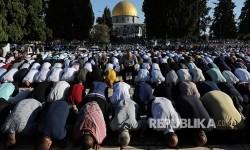 Muslim Palestina Sholat Idulfitri di Luar Masjid al-Aqsa