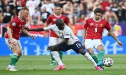 NGolo Kante (tengah) dari Prancis beraksi melawan Adam Nagy (kanan) dari Hongaria dan Laszlo Kleinheisler (kiri) dari Hongaria selama pertandingan sepak bola babak penyisihan grup F UEFA EURO 2020 antara Hongaria dan Prancis di Budapest, Hongaria, Sabtu (19/6).