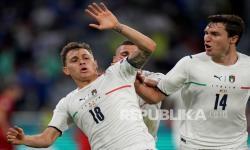 Nicolo Barella dari Italia (kiri) dan Federico Chiesa dari Italia merayakan gol pembuka pada pertandingan perempat final kejuaraan sepak bola Euro 2020 antara Belgia dan Italia di Stadion Allianz Arena di Muechen, Jerman, Sabtu (3/7) dini hari WIB.