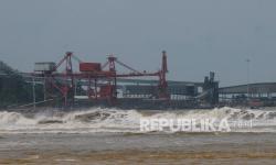 BMKG: Waspadai Gelombang Tinggi Pesisir Selatan Jabar-Jateng
