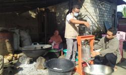 LMI Salurkan Bantuan Alat Press Perajin Minyak Kelapa