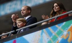 Pangeran William (kiri), Kate Middleton (kanan), Duchess of Cambridge, dan Pangeran George bertepuk tangan di tribun penonton setelah pertandingan sepak bola Euro 2020.