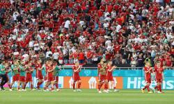 Para pemain Hungaria bertepuk tangan kepada para penggemar setelah pertandingan sepak bola babak penyisihan Grup F Euro 2020 antara Hungaria dan Portugal di Budapest, Hungaria, 15 Juni 2021.