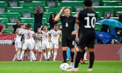 Para pemain Hungaria merayakan gol ke gawang Jerman pada pertandingan ketiga Grup F Euro 2020 di Stadion Allianz Arena, Kamis (24/6) dini hari WIB.