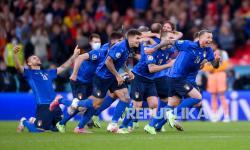 Para pemain Italia melakukan selebrasi setelah Jorginho mencetak gol penalti penentu dalam pertandingan semifinal sepak bola Euro 2020 antara Italia dan Spanyol di Stadion Wembley di London, Inggris, Rabu (7/7) dini hari WIB.