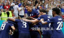 Para pemain Prancis melakukan selebrasi usai pemain Prancis Karim Benzema mencetak gol kedua timnya dalam pertandingan babak 16 besar Euro 2020 antara Prancis dan Swiss di stadion National Arena di Bucharest, Rumania, Selasa (29/6) dini hari WIB.