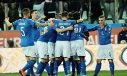 Para pemain timnas Italia saat merayakan gol ke gawang lawan.