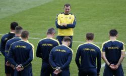 Pemain Ukraina mendengarkan pelatih kepala mereka Andriy Shevchenko (tengah) saat menghadiri sesi latihan resmi di Stadion Rugby Nasional Triumphal Arch, di Bucharest, Rumania, 20 Juni 2021. Ukraina akan menghadapi Austria dalam pertandingan sepak bola penyisihan grup UEFA EURO 2020 pada 20 Juni 2021. 21 Juni 2021