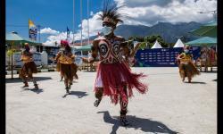 Para penari tradisional PON XX Papua 2021 melakukan tarian untuk menyambut kedatangan atlet si Stadion Barnabas Youwe, kabupaten Jayapura, Selasa (21/9/2021).