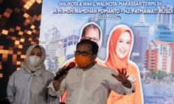 Pasangan calon Wali Kota dan Wakil Wali Kota Makassar Mohammad Ramdhan Pomanto (kanan) dan Fatmawati Rusdi (kiri) menyampaikan keterangan pers di Makassar, Sulawesi Selatan, Rabu (9/12/2020). Lingkaran Survei Indonesia (LSI) Denny JA mencatat hasil hitung cepat perolehan suara pada pilkada Makassar 2020 dengan keunggulan pasangan Mohammad Ramdhan Pomanto-Fatmawati Rusdi (Danny-Fatma) yang mendapatkan 41,38 persen, sedangkan Munafri Arifuddin-Abd Rahman Bando (Appi-Rahman) 34,79 persen, Syamsu Rizal-Fadli Ananda (Dilan) 19,09 persen, dan Irman Yasin Limpo-Andi Muh Zunnun Armin NH (Imun) memperoleh 4,74 persen.