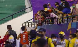 Pebasket tim Sulawesi Utara menyapa pendukungnya yang telah memberikan dukungan semangat hingga timnya berhasil menaklukkan Bangka Belitung dengan skor tipis 92-91 di GOR Basket MSC Mimika, Rabu(29/9).