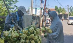 Pedagang Anyaman Ketupat di Sukabumi Marak