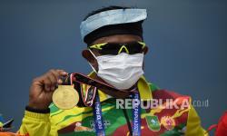 Pedayung Riau Maizir Riyondra menunjukkan medali emasnya usai memenangkan final canoeing MK1 1000 PON Papua di Teluk Youtefa, Papua, Selasa (28/9/2021). Maizir berhasil meraih emas, sementara perak direbut Joko Andriyanto asal Jambi dan perunggu diraih Angga Suwandi Putra asal Jakarta.