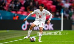 Pedri dari Spanyol meraih penghargaan pemain muda terbaik Euro 2020.