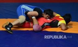 Pegulat putri Kalimantan Selatan Ridha W. (biru) melawan pegulat putri Kalimantan TImur Anita (merah) pada final gulat gaya bebas kelas 63 kg putri PON XIX di Arena Sport Park, Bandung, Jawa Barat, Sabtu (24/9).