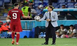 Pelatih Italia Roberto Mancini (kanan) dan Kenan Karaman (kiri) dari Turki pada pertandingan sepak bola babak penyisihan grup A UEFA EURO 2020 antara Turki dan Italia di Stadion Olimpiade di Roma, Italia, Sabtu (12/6) dini hari WIB.