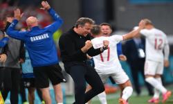 Pelatih kepala Denmark Kasper Hjulmand (tengah) merayakan gol dalam pertandingan sepak bola babak penyisihan grup B UEFA EURO 2020 antara Rusia dan Denmark di Kopenhagen, Denmark, 21 Juni 2021.