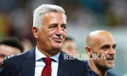Pelatih kepala Swiss Vladimir Petkovic merayakan kemenangan dalam pertandingan babak 16 besar kejuaraan sepak bola Euro 2020 antara Prancis dan Swiss di stadion National Arena di Bucharest, Rumania, Selasa (29/6) dini hari WIB.