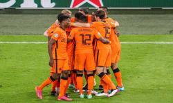 Pemain Belanda merayakan gol ke gawang Ukraina pada laga Grup C, di Amsterdam, Senin (14/6) dini hari WIB.
