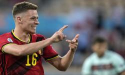 Thorgan Hazard dari Belgia merayakan setelah mencetak keunggulan 1-0 selama pertandingan sepak bola babak 16 besar UEFA EURO 2020 antara Belgia dan Portugal yang diadakan di stadion La Cartuja Sevilla, di Seville, Spanyol, 27 Juni 2021.