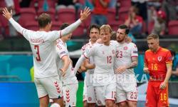 Pemain Denmark Kasper Dolberg, tengah, merayakan dengan rekan satu timnya setelah mencetak gol pertama timnya pada pertandingan babak 16 besar Piala Eropa 2020 antara Wales dan Denmark di Johan Cruyff ArenA di Amsterdam, Belanda, Sabtu (26/6).