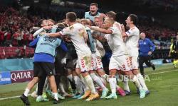 Pemain Denmark merayakan setelah Andreas Christensen mencetak gol ketiga timnya selama pertandingan grup B kejuaraan sepak bola Euro 2020 antara Rusia dan Denmark di stadion Parken di Kopenhagen, Denmark, Senin, 21 Juni 2021.