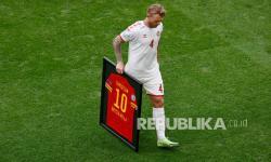 Pemain Denmark Simon Kjaer membawa jersey yang didedikasikan untuk rekan setimnya Christian Eriksen pada pertandingan babak 16 besar Piala Eropa 2020 antara Wales dan Denmark, di Johan Cruyff Arena di Amsterdam, Belanda, Sabtu (26/6).