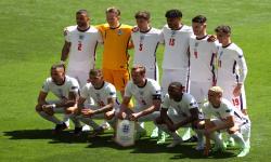 Pemain Inggris berbaris untuk pertandingan sepak bola babak penyisihan grup D UEFA EURO 2020 antara Inggris dan Kroasia di stadion Wembley di London, Inggris, 13 Juni 2021.