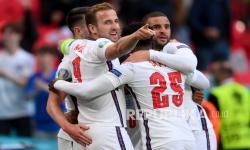 Pemain Inggris Harry Kane dan Bukayo Saka merayakan gol pembuka timnya, pada pertandingan grup D kejuaraan sepak bola Euro 2020 antara Republik Ceko dan Inggris, di stadion Wembley di London,  Rabu (23/6) dini hari WIB.