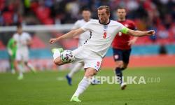 Pemain Inggris Harry Kane melepaskan tembakan saat pertandingan grup D kejuaraan sepak bola Euro 2020 antara Republik Ceko dan Inggris, di stadion Wembley di London,  Rabu (23/6) dini hari WIB.