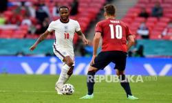 Pemain Inggris Raheem Sterling berlari dengan bola di hadang Patrik Schick Republik Ceska, kanan, pada pertandingan grup D kejuaraan sepak bola Euro 2020 antara Republik Ceko dan Inggris di stadion Wembley di London,  Rabu (23/6) dini hari WIB.