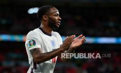 Pemain Inggris Raheem Sterling memberikan tepuk tangan kepada para penggemar saat ia meninggalkan lapangan setelah diganti pada pertandingan grup D kejuaraan sepak bola Euro 2020 antara Republik Ceko dan Inggris di stadion Wembley di London,  Rabu (23/6) dini hari WIB.