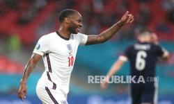Pemain Inggris Raheem Sterling mengacungkan jempolnya saat pertandingan grup D kejuaraan sepak bola Euro 2020 antara Inggris dan Skotlandia di stadion Wembley di London, Sabtu (19/6) dini hari WIB.